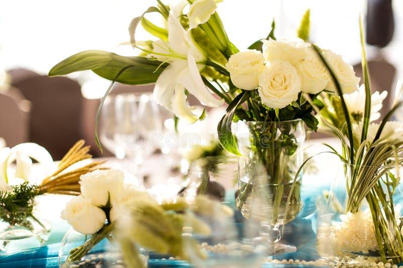Table de salle à manger, épousant la table qui a décoré de l'arrangeme de fleur photographie stock libre de droits