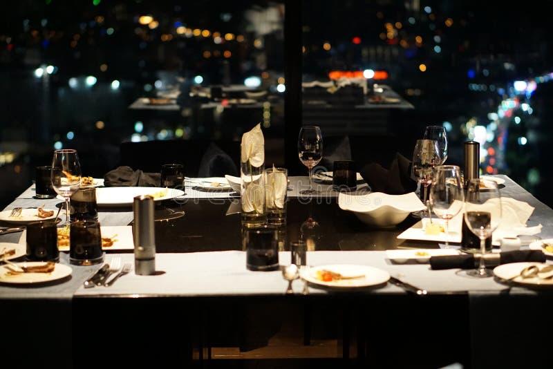 Table de salle à manger après dîner romantique image libre de droits
