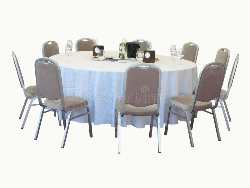Table de salle à manger avec des chaises d'isolement sur le fond blanc images libres de droits