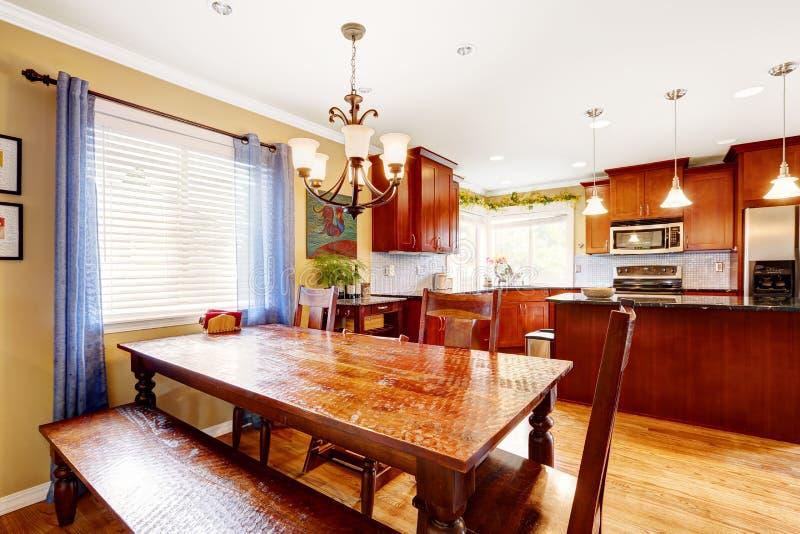 Table de salle manger avec le banc et chaises dans la chambre de cuisine photo stock image - Table de cuisine avec banc ...