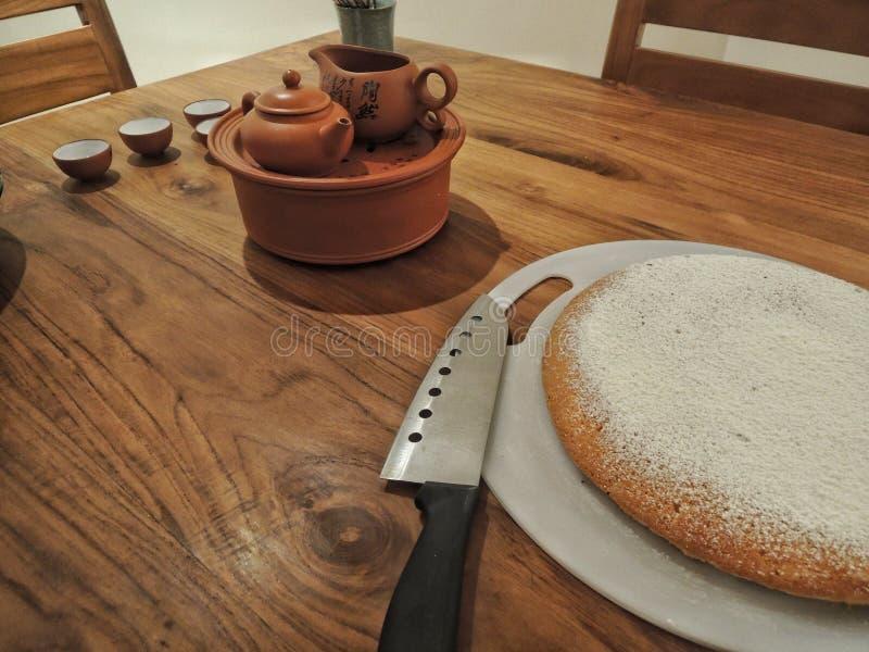 Table de salle à manger avec le gâteau et le service à thé chinois photo stock