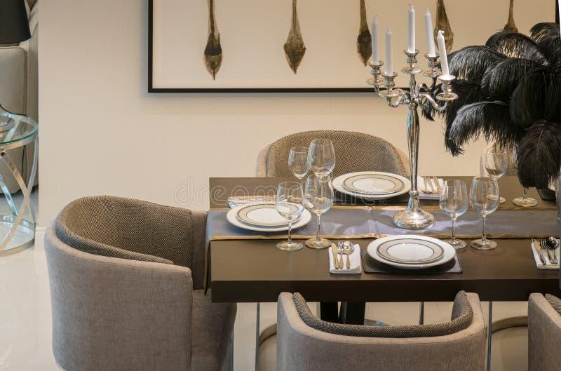 Table De Salle  Manger Et Chaises Confortables Dans La Maison