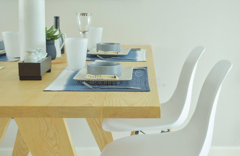Table de salle à manger moderne de style avec l'ensemble de poterie photo stock
