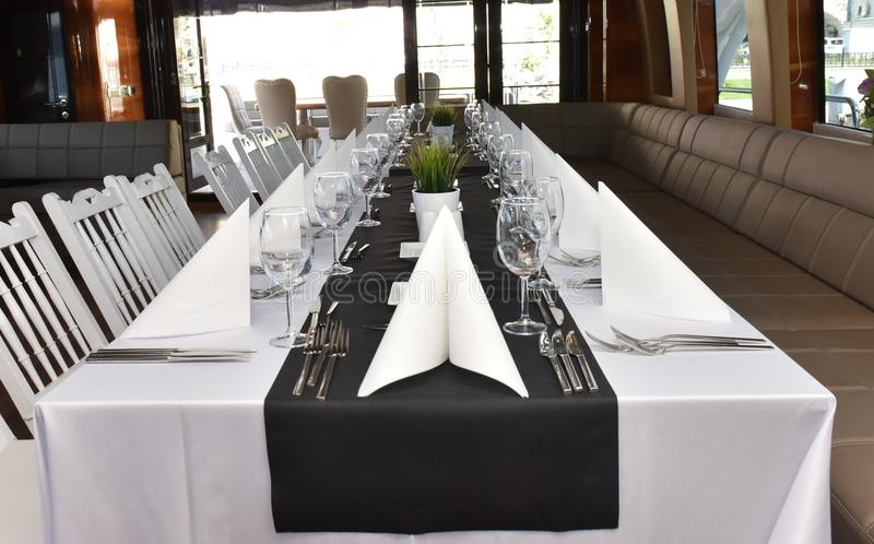 Table de salle à manger sur un yacht de luxe photo libre de droits