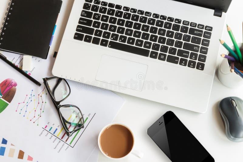 Table de travail avec l'ordinateur portable photographie stock libre de droits