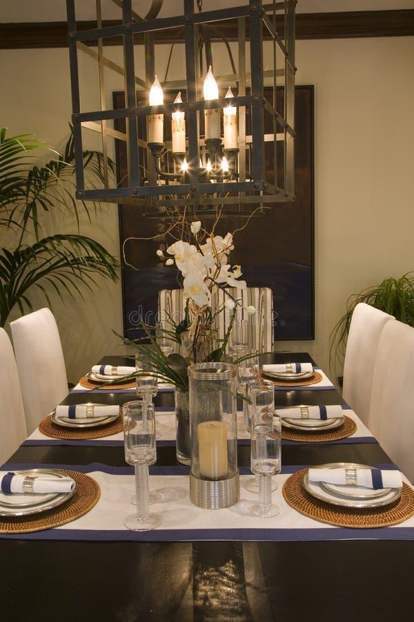 Table dinante à la maison de luxe. photo stock