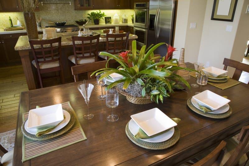 Table dinante à la maison de luxe photos libres de droits