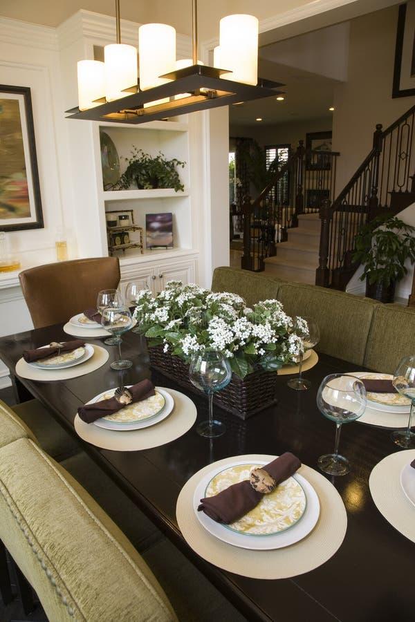 Table dinante à la maison de luxe. image libre de droits