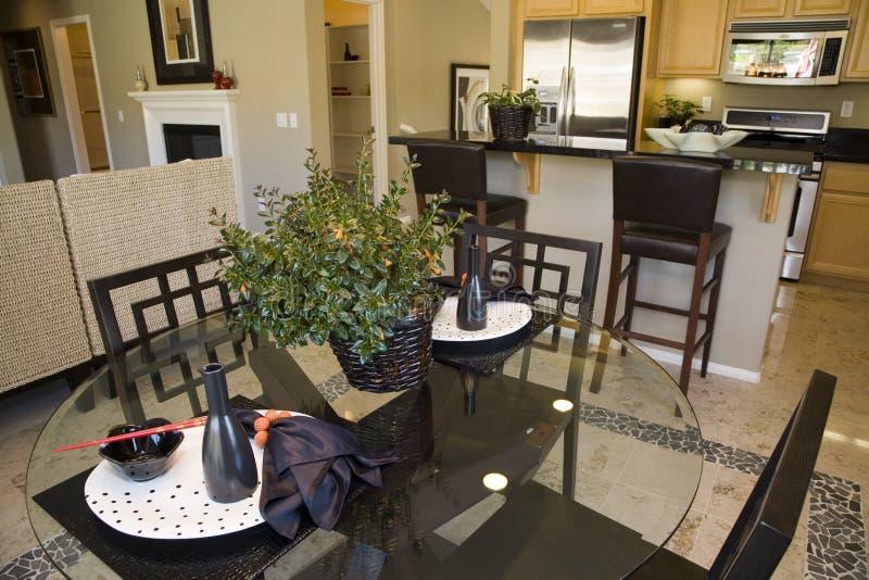 Table dinante et cuisine à la maison de luxe. image libre de droits