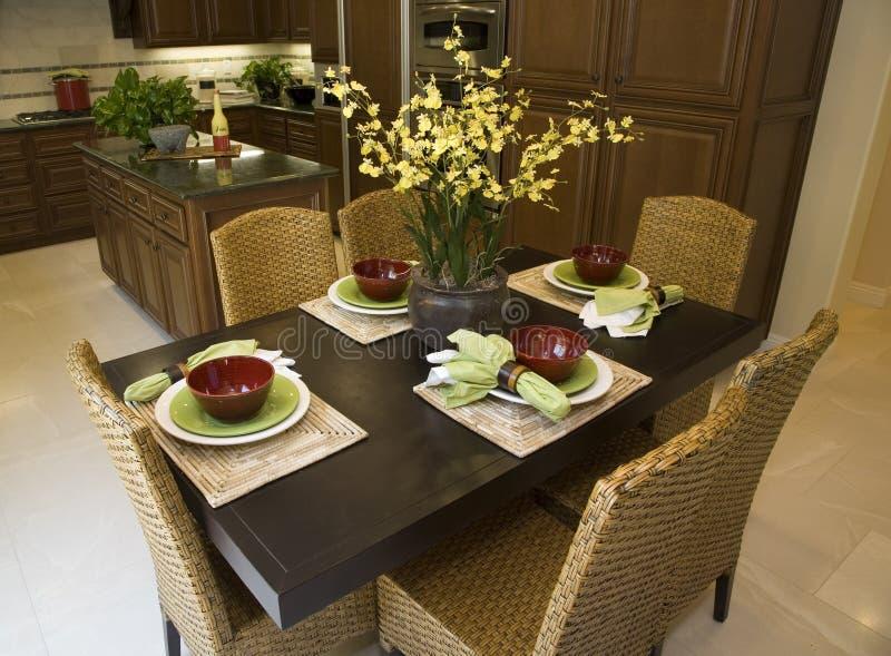Table dinante et cuisine. photographie stock libre de droits