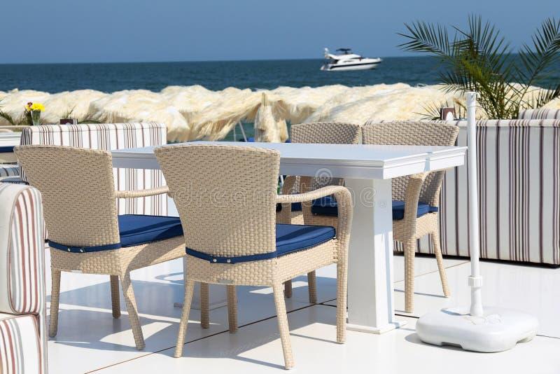 Table dinante et présidences sur la plage photo libre de droits