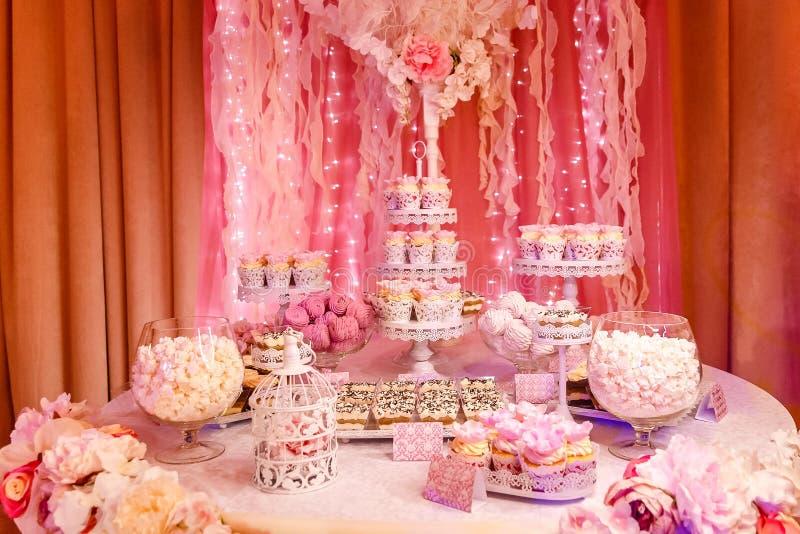 Table douce avec des gâteaux sur la table de buffet chaud-chaude photos stock