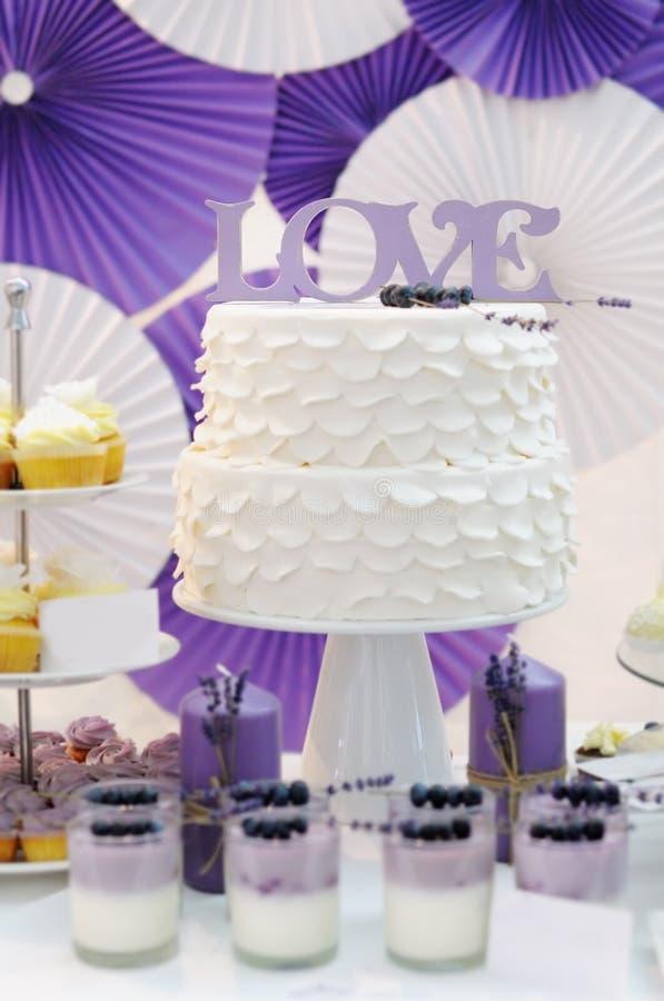 Table douce blanche et violette délicieuse image stock