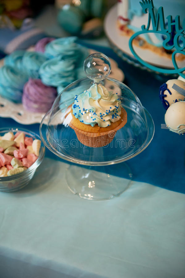 Table douce pour la fête d'anniversaire du ` s d'enfants dans la turquoise et le pourpre Un sens de célébration, joie Beaux bonbo image stock