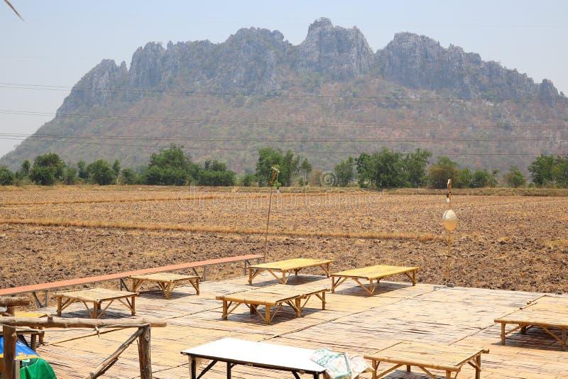 Table en bambou fond sur la terre, le sol, les plaines, la sécheresse, la campagne, de l'Asie, de la montagne et du ciel vue photographie stock
