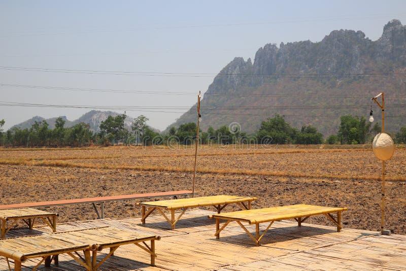 Table en bambou fond sur la terre, le sol, les plaines, la s?cheresse, la campagne, de l'Asie, de la montagne et du ciel vue photos libres de droits