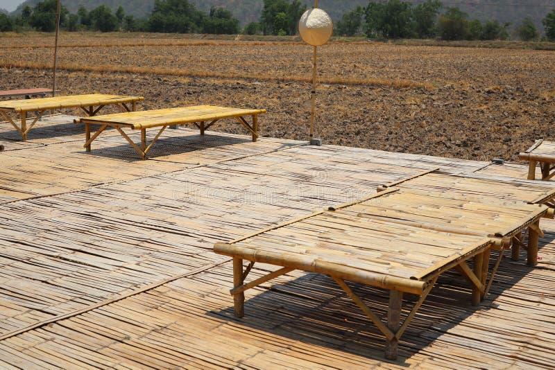 Table en bambou sur le plancher en bois, la terre, plaines sèches, Asie rurale, fond naturel photos libres de droits