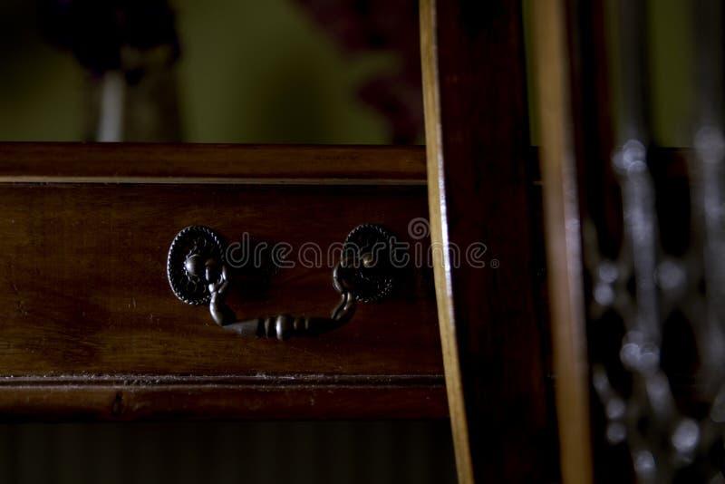 Table en bois antique avec la poignée antique de tiroir photo libre de droits