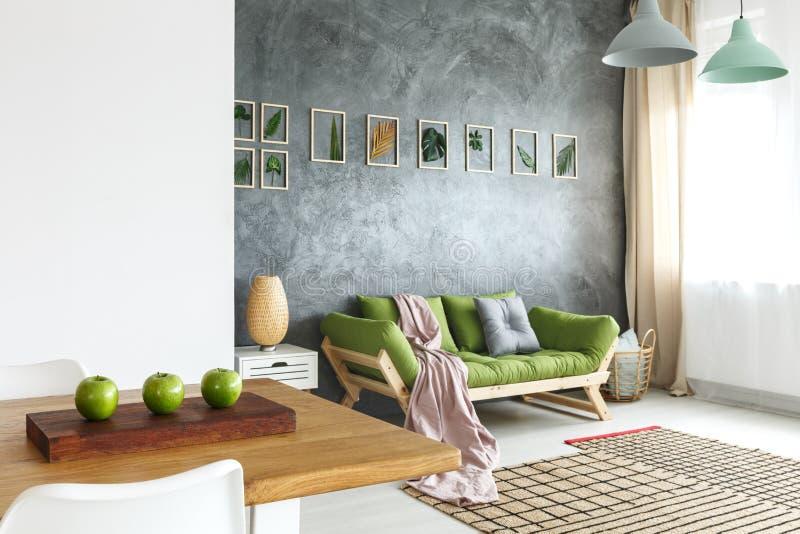 Table en bois avec des pommes image stock