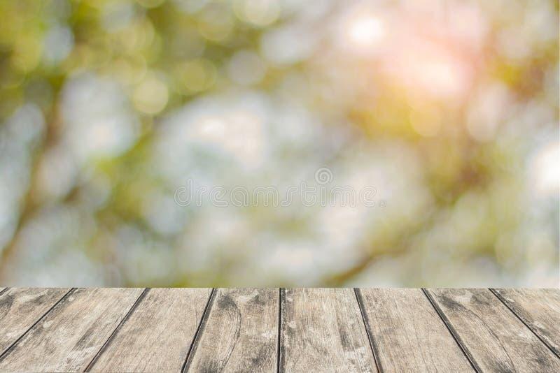 Table en bois avec le fond de parc naturel d'automne utilisé pour des produits d'affichage image libre de droits