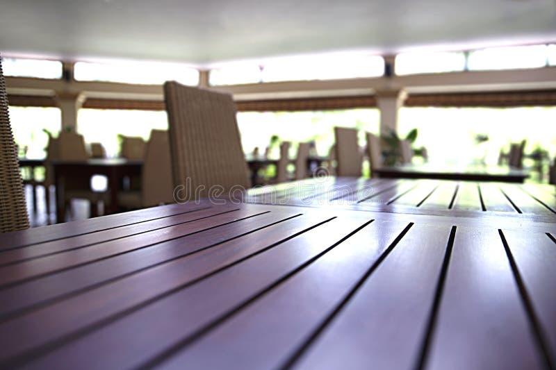 Table en bois avec les chaises en osier dans la salle à manger, restauration intérieure de salle à manger photographie stock libre de droits