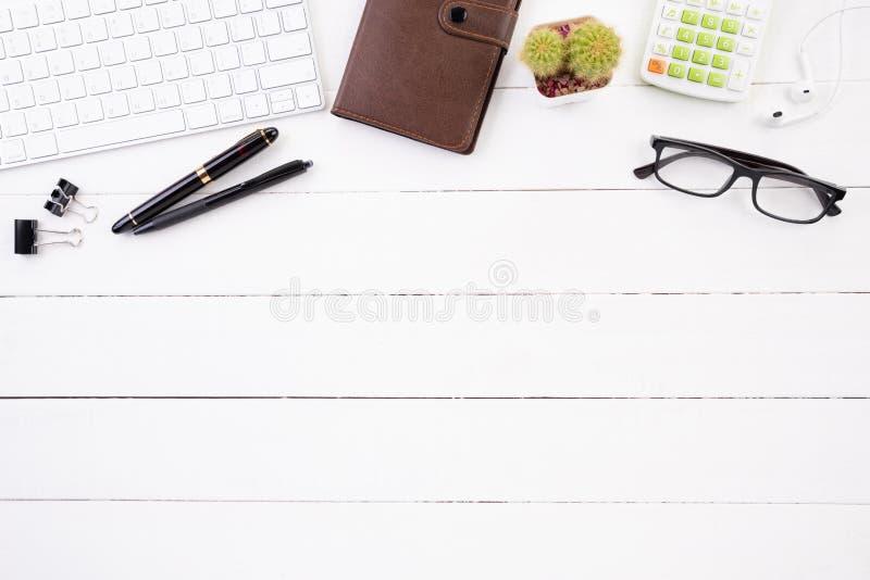 Table en bois blanche de bureau avec le carnet rouge, le stylo noir, la tasse de café et d'autres fournitures de bureau Vue supér image stock