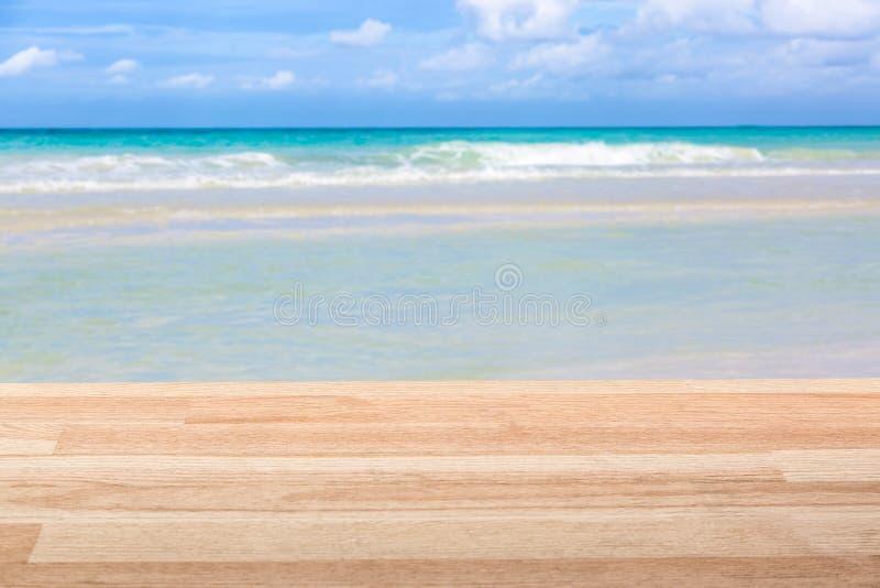Table en bois brun clair contre la vue d'océan stupéfiante Image de maquette photos libres de droits