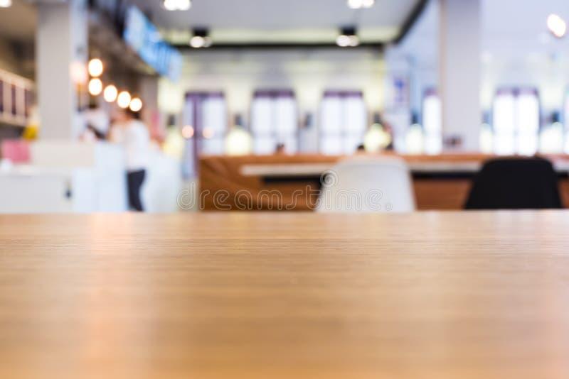 Table en bois en café moderne de grenier Restaurant brouillé par résumé image libre de droits