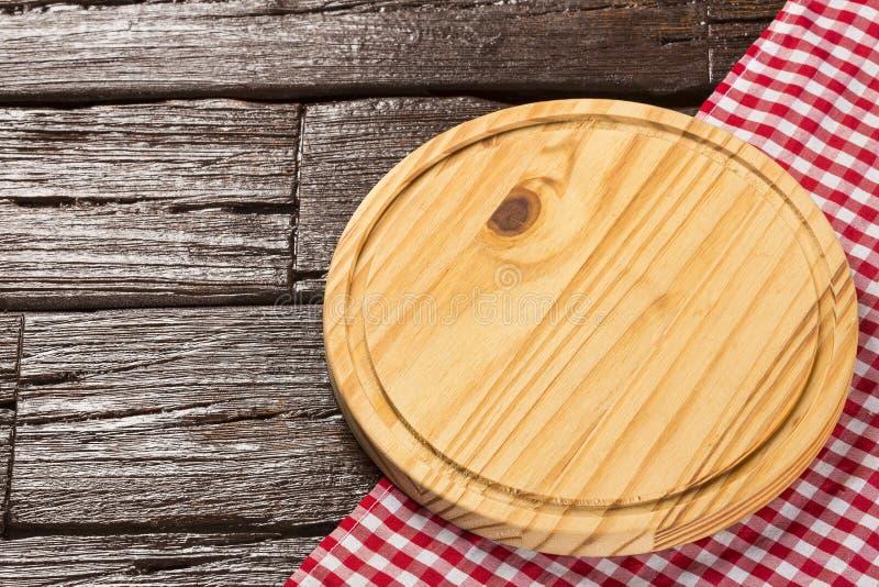 Table en bois circulaire et serviette à carreaux de tissu photographie stock libre de droits
