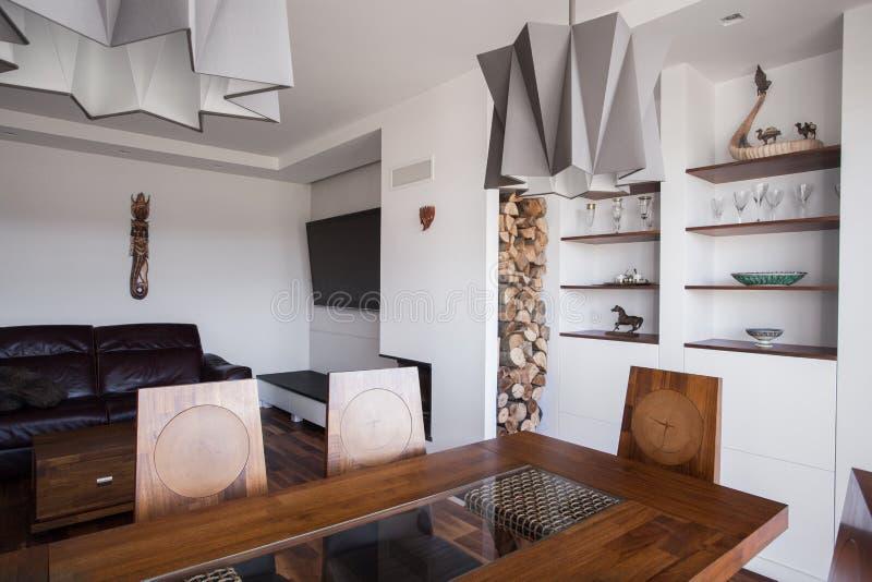 Table en bois dans la chambre dinning images stock