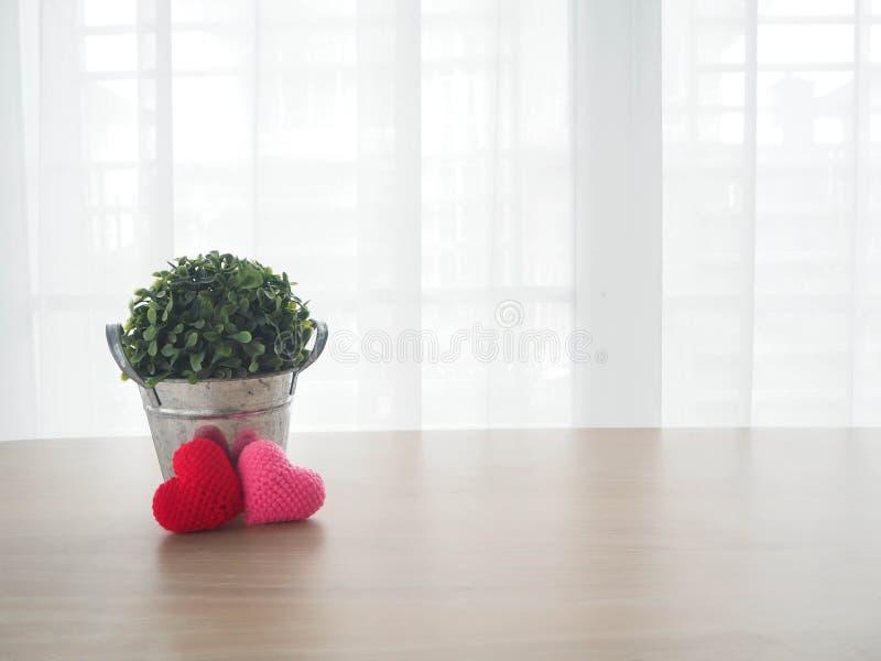 Table En Bois De Bureau Avec Le Signe Rouge De Forme De Coeur Et Le ...