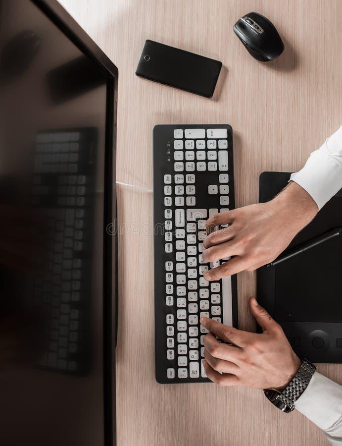 Table en bois de bureau de bureau avec l'ordinateur et les périphériques T photos libres de droits