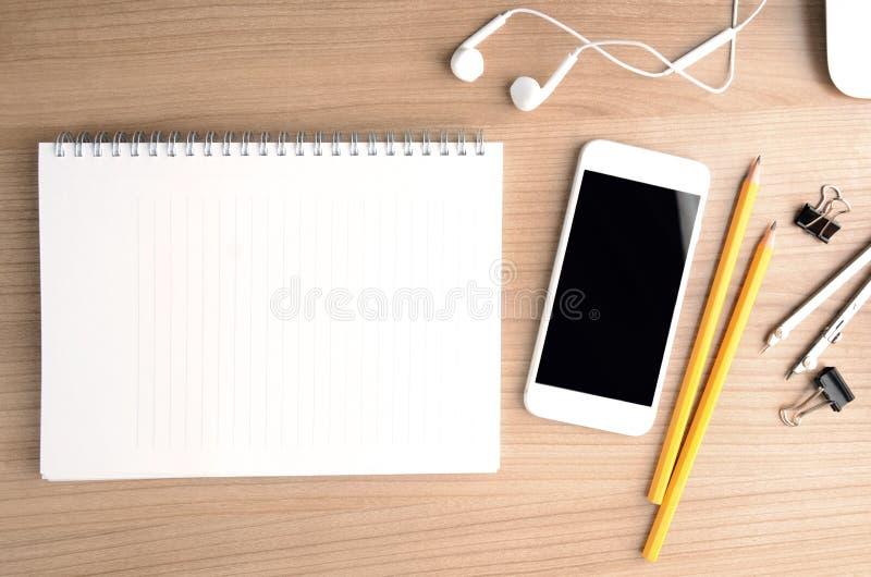 Table en bois de bureau de bureau avec le smartphone Vue supérieure avec l'espace de copie photos libres de droits