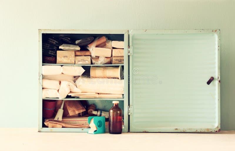 Table en bois de kiton antique de premiers secours de vintage Image filtrée photo libre de droits