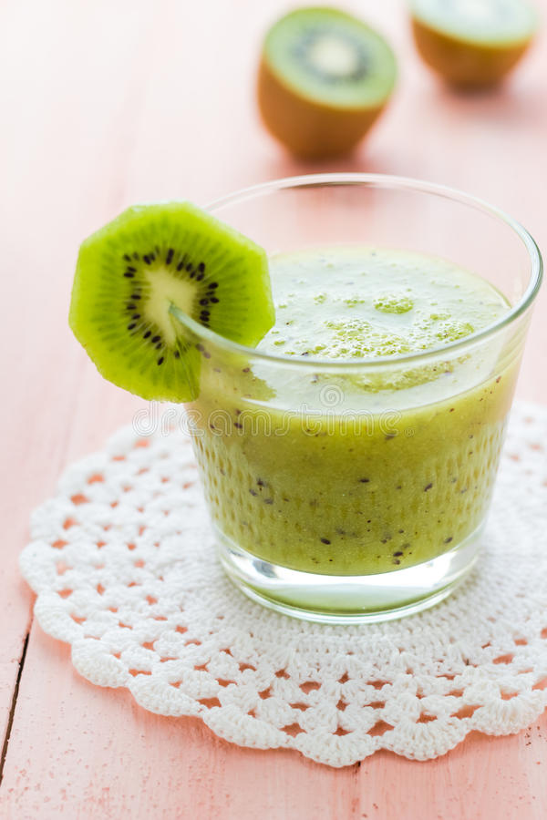 Table en bois de kiwi de jus de fruit d'alimentation saine images libres de droits