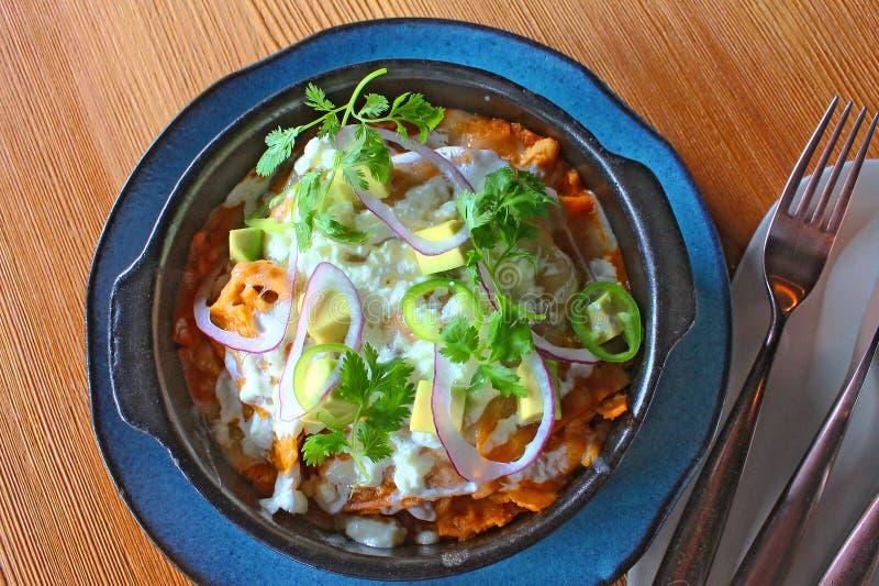 Table en bois de plat mexicain de Chilaquiles images libres de droits
