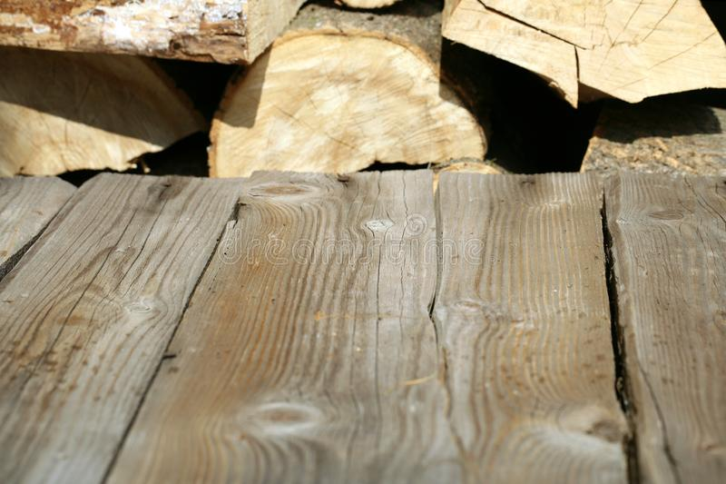 Table en bois de plate-forme avec la pile du bois de chauffage photos stock