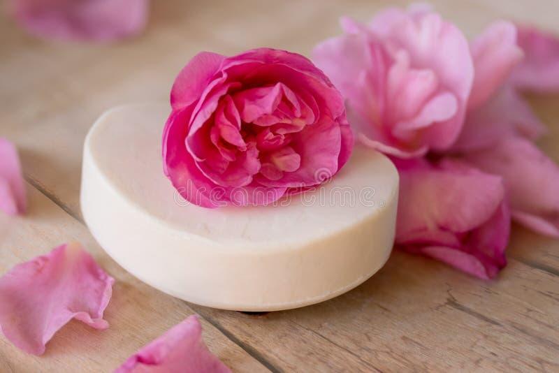 Table en bois de savon de camélia de pétales roses blancs de fleurs photos stock
