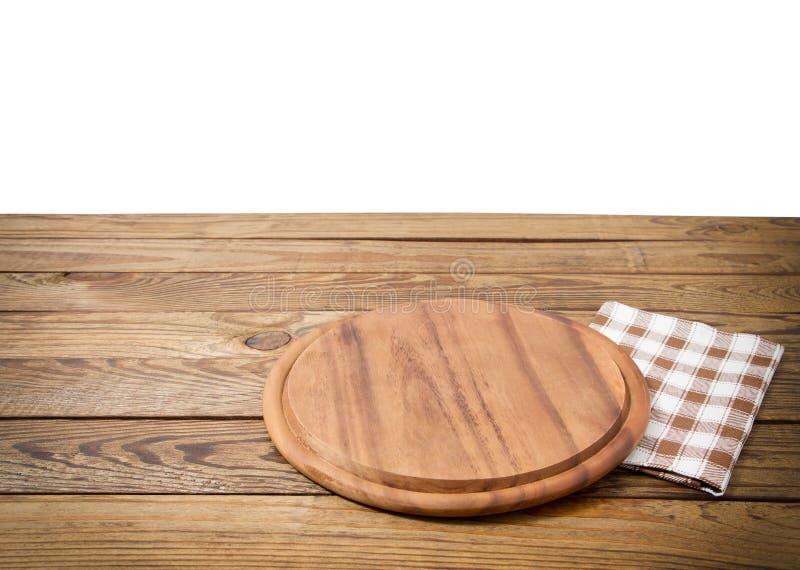 Table en bois de vieux cru de Brown avec la planche à découper à carreaux encadrée de nappe et de pizza d'isolement sur le fond b image libre de droits