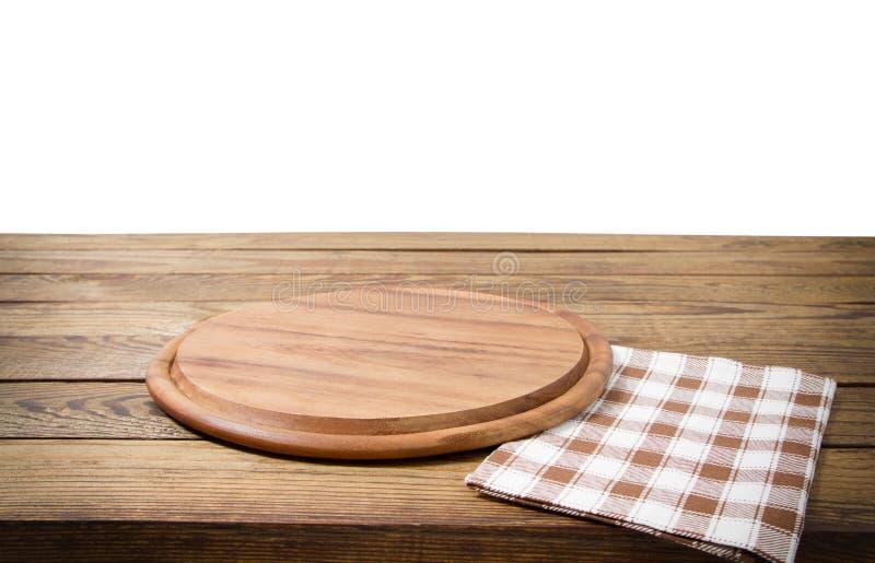 Table en bois de vieux cru de Brown avec la planche à découper à carreaux encadrée de nappe et de pizza sur le fond blanc thanksg photographie stock libre de droits