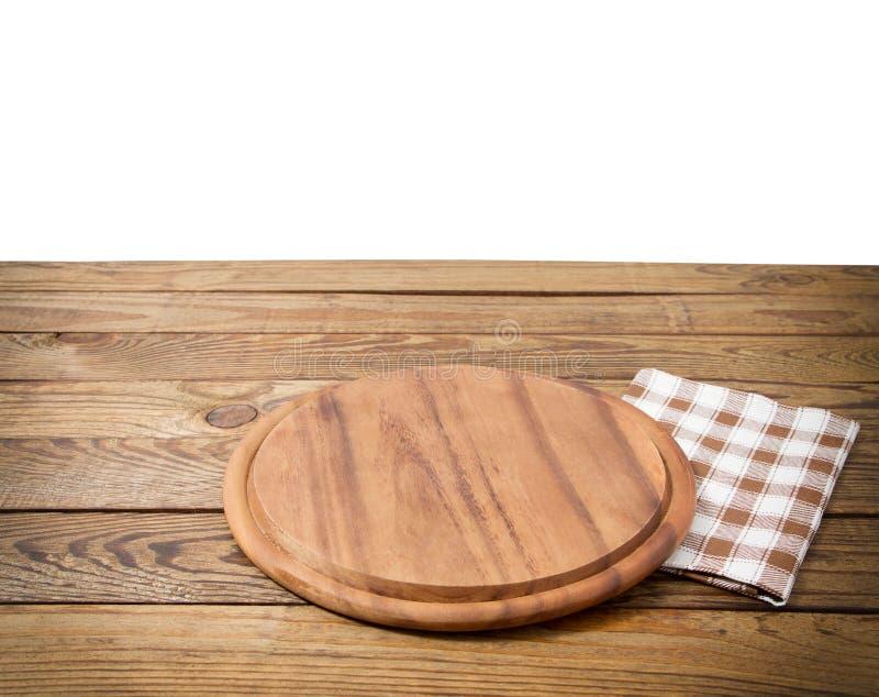 Table en bois de vieux cru de Brown avec la planche à découper à carreaux encadrée de nappe et de pizza sur le fond blanc thanksg image stock