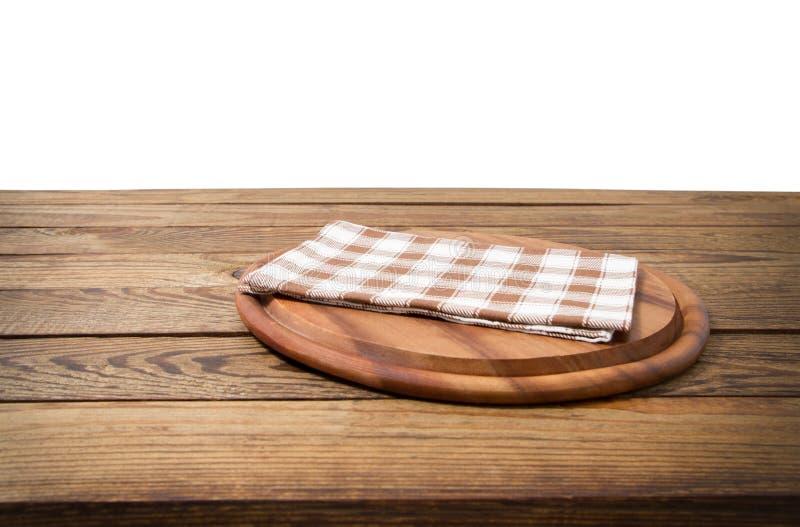 Table en bois de vieux cru de Brown avec la planche à découper à carreaux encadrée de nappe et de pizza sur le fond blanc thanksg photographie stock