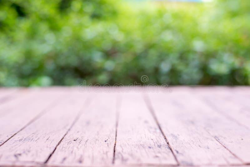 Table en bois devant le fond brouillé par nature abstraite image stock