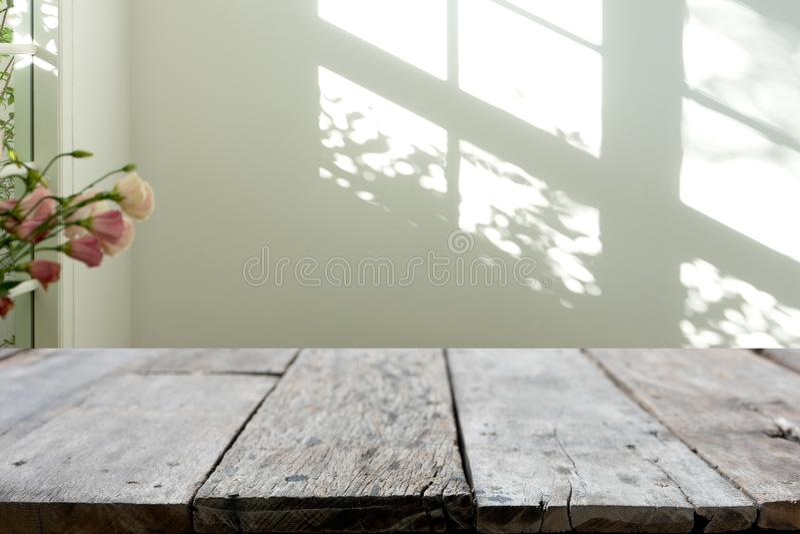table en bois devant le fond de tache floue photos libres de droits