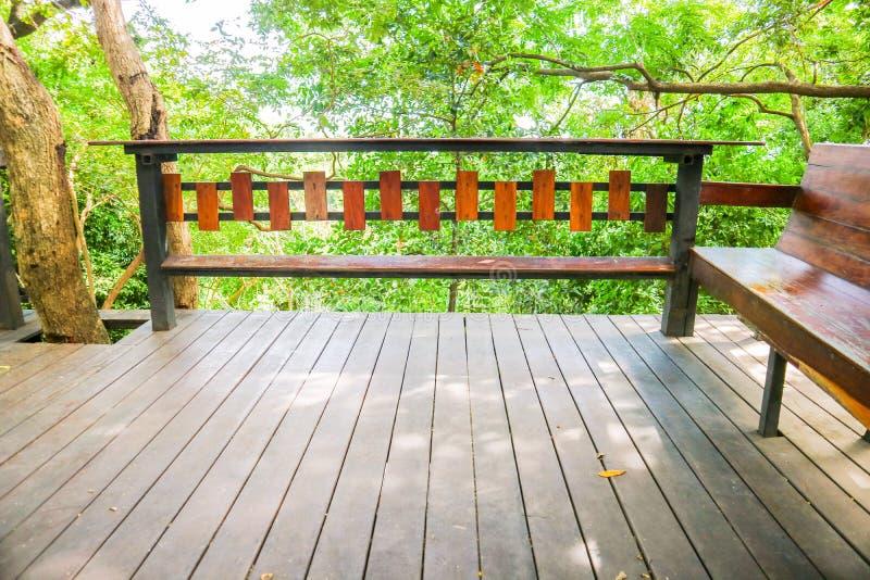 table en bois et ciel de plancher et vert pettern en bois garde de banc d'arbre photo libre de droits