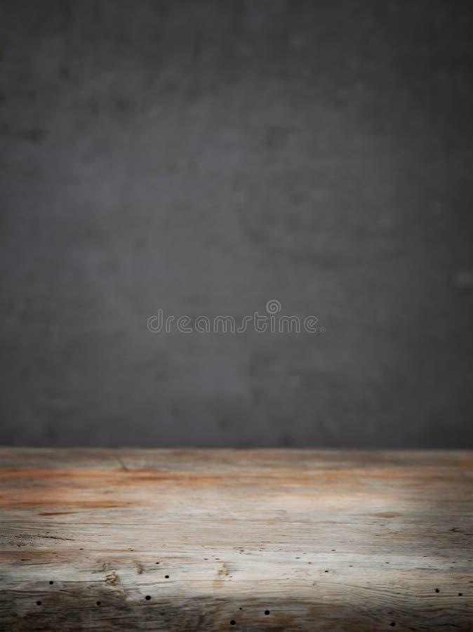 Table en bois et mur gris images libres de droits
