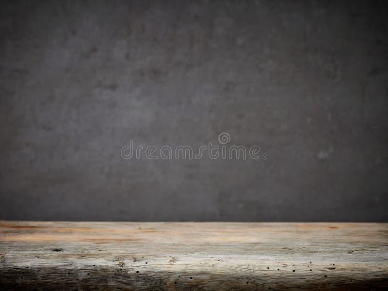 Table en bois et mur gris photos stock