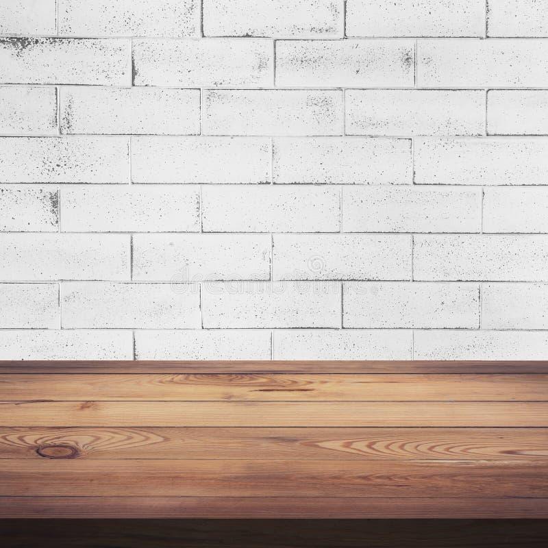 Table en bois et texture blanche de fond de mur de briques photographie stock
