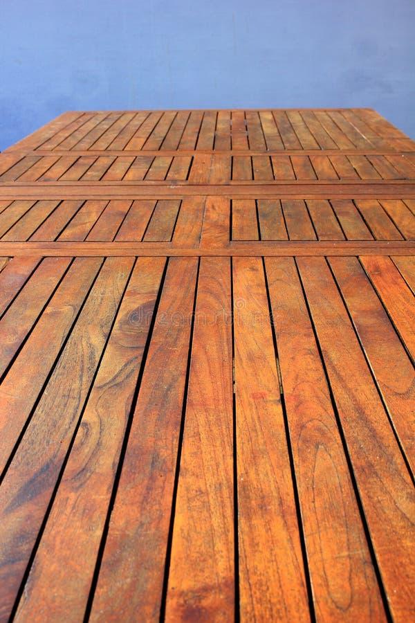 Table en bois extérieure image libre de droits