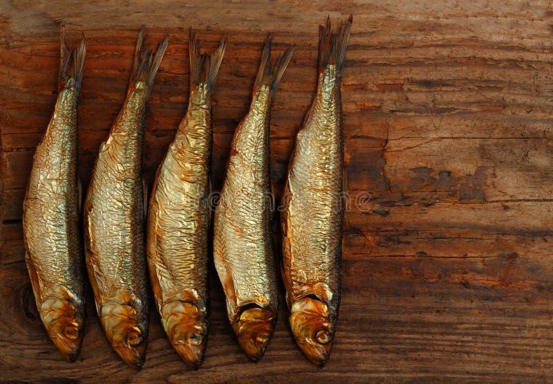 Table en bois fumée de poissons d'esprot d'harengs photo stock